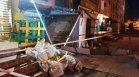 Козирка на жилищен вход рухна върху двама души