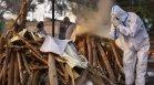 Кризата с Ковид-19 в Индия се задълбочава: Откриха десетки трупове в река Ганг
