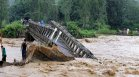 Убийствено свлачище помете мост в Северна Индия (+ВИДЕО)