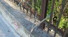 """Стърчащи кабели край оградата на музей """"Владислав Варнечик"""" във Варна"""