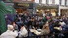 Разхлабени мерки - британците се втурнаха по кръчмите и магазините (+ВИДЕО)