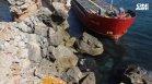 Втори ден товарният кораб остава заседнал край Камен бряг