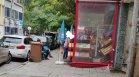 От HelpBook: Кашони, чадъри, кош за боклук ежедневно запушват тротоар в София