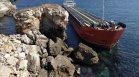 Не могат да разтоварят заседналия край Камен бряг кораб