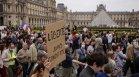 """Хиляди протестират в цяла Франция, скандирайки """"Макрон, не искаме твоя пропуск"""""""