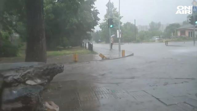 16ce2883936 Пловдив под вода: Улиците се превърнаха в реки след бурята снощи ...