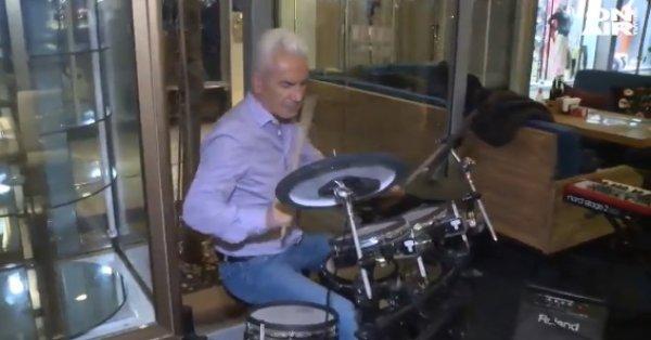 """Барабанистът Сидеров с фурор на """"Витошка"""", хвърля по 50 лв. на непознати - Bgonair"""